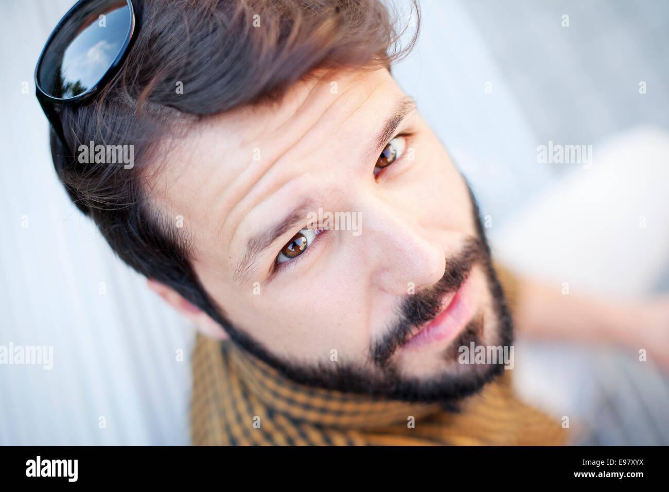 Portrait de jeune homme à barbe et cheveux brun Photo Stock