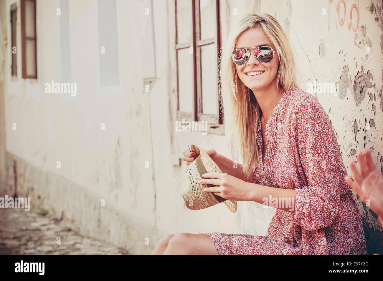 Jeune femme aux cheveux blonds en attente de départ Photo Stock