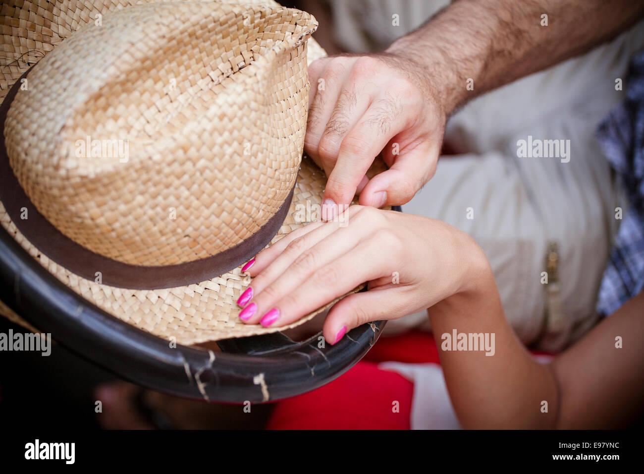 L'homme de toucher la main avec amour de femme Photo Stock