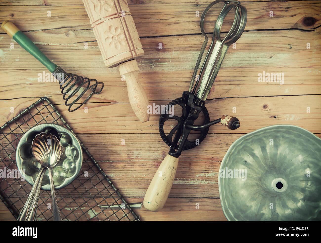 Un Assortiment De Vieux Ustensiles De Cuisine Rustique Sur Une