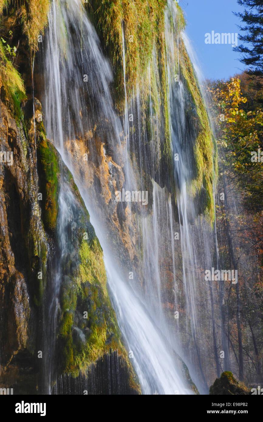 Cascade dans le parc national des lacs de Plitvice, Croatie Photo Stock