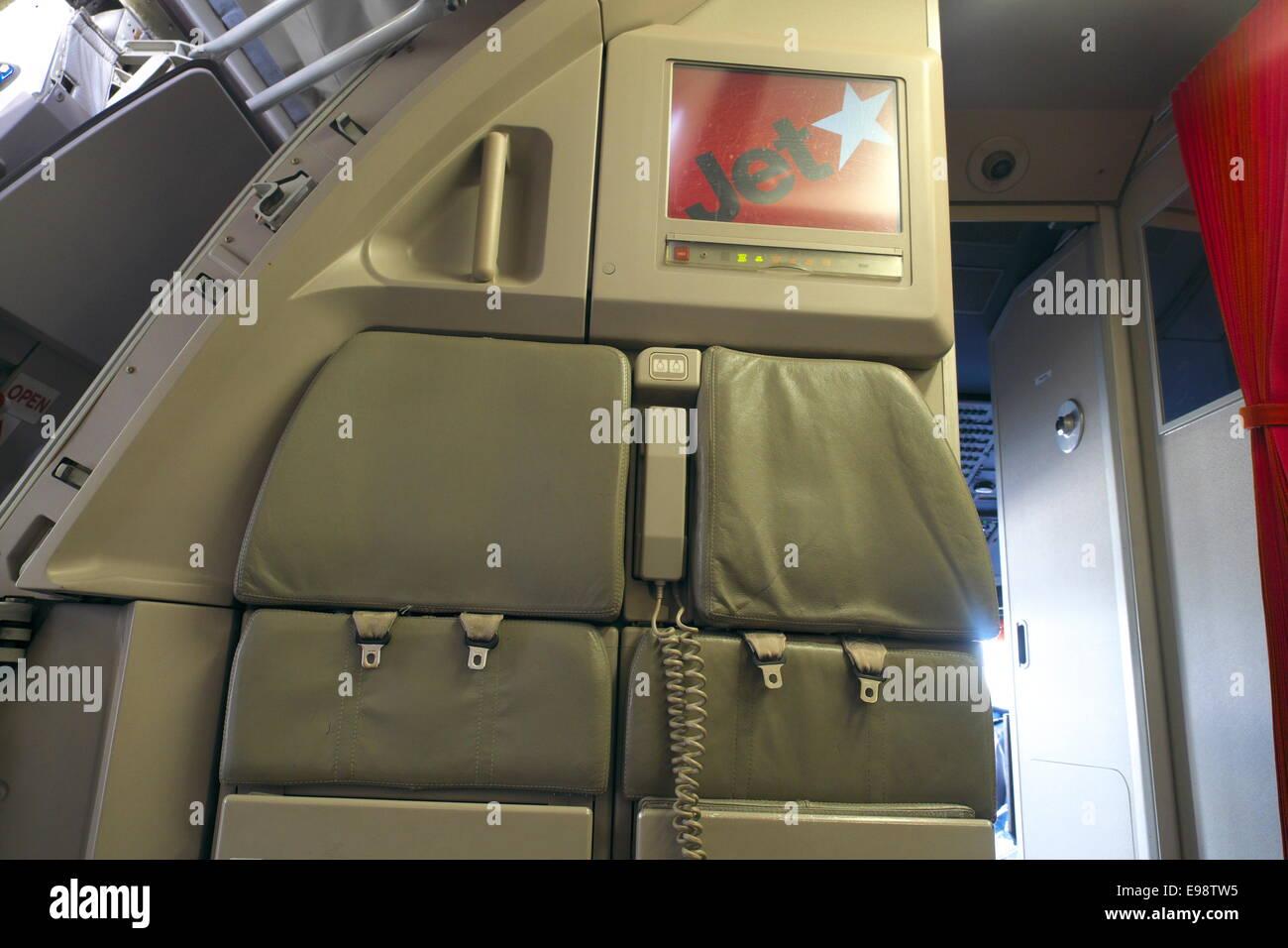 https://c8.alamy.com/compfr/e98tw5/sieges-de-lequipage-de-cabine-a-linterieur-dun-avion-jetstar-en-australie-australie-e98tw5.jpg