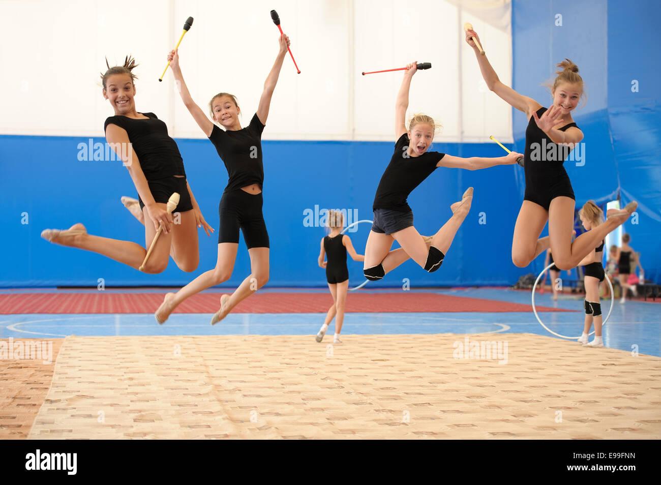 Les filles avec des clubs indiens au cours de saut en hauteur Photo Stock