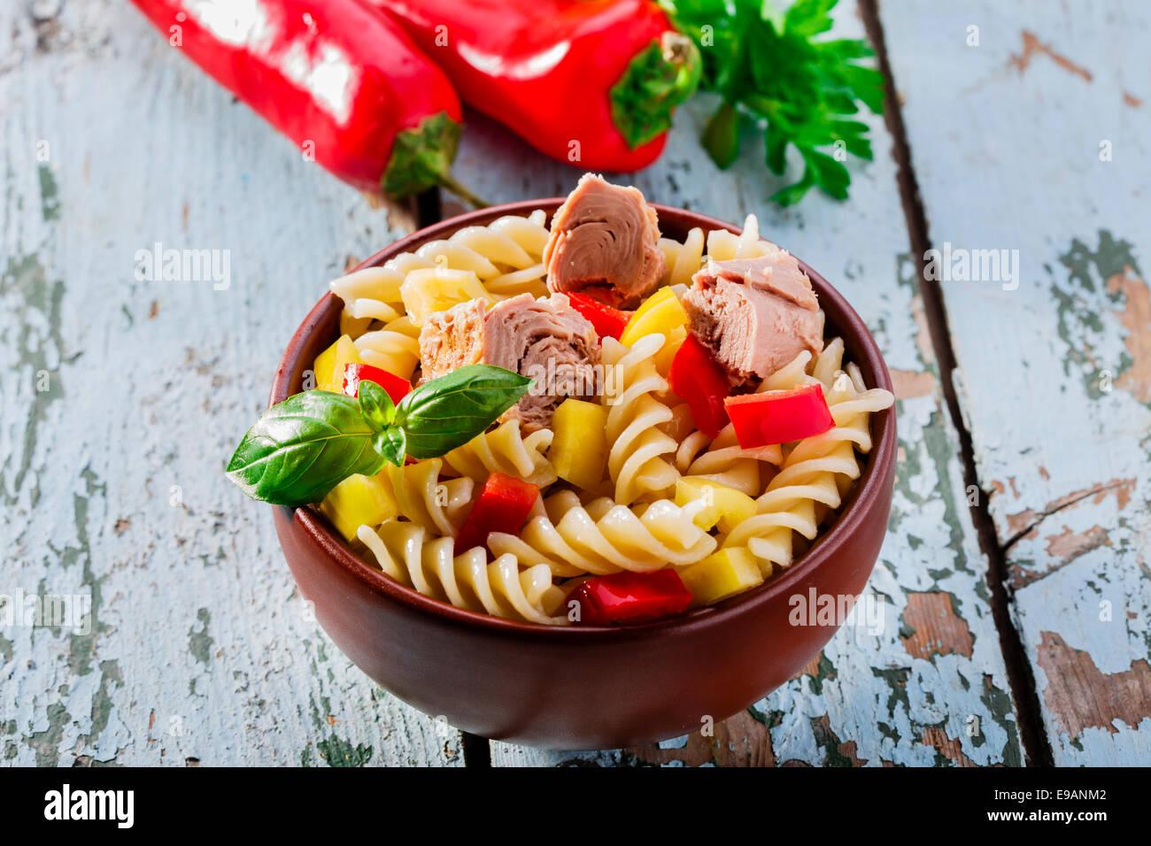 Une salade de pâtes au thon et le poivre Photo Stock