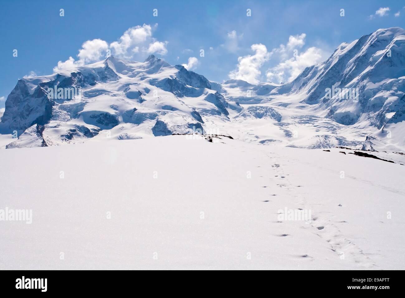 Chaîne de Montagnes de neige Photo Stock