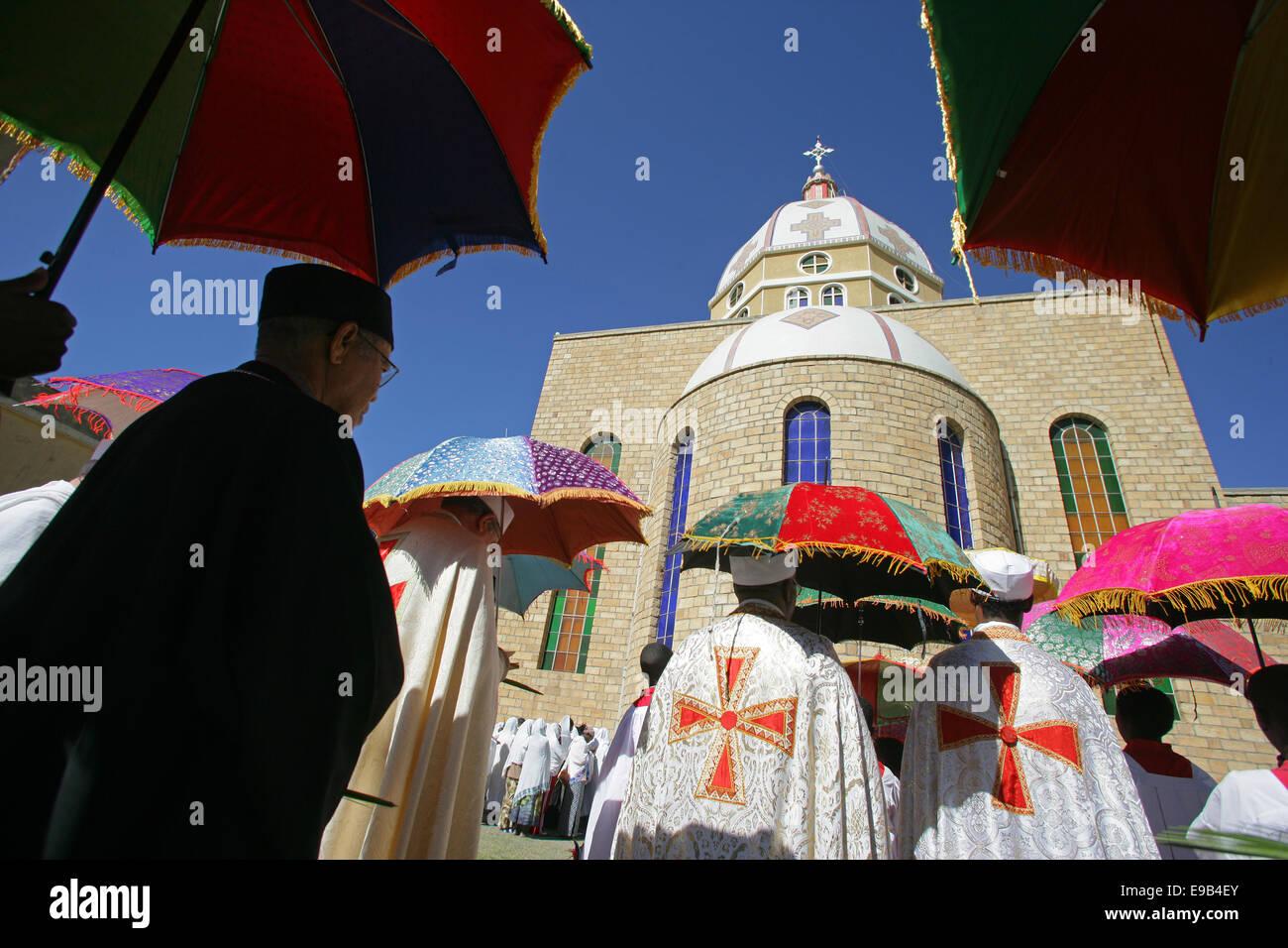 Procession des Rameaux autour de la cathédrale Saint Sauveur en Adigtrat, Ethiopie Photo Stock