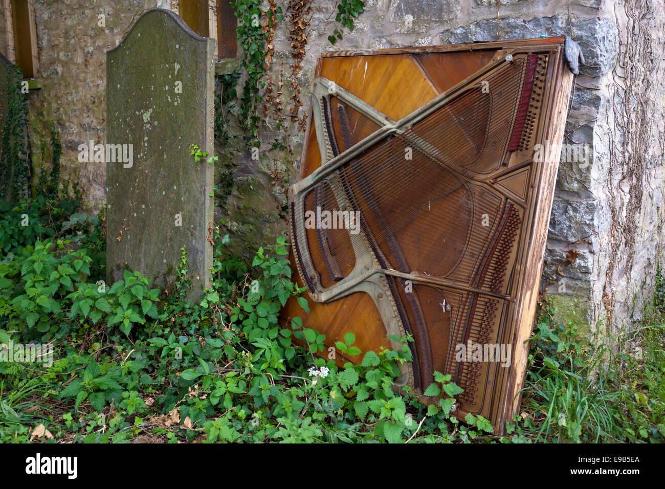 Les vestiges d'un vieux piano droit à l'extérieur faisant l'objet d'un non-conformiste Photo Stock