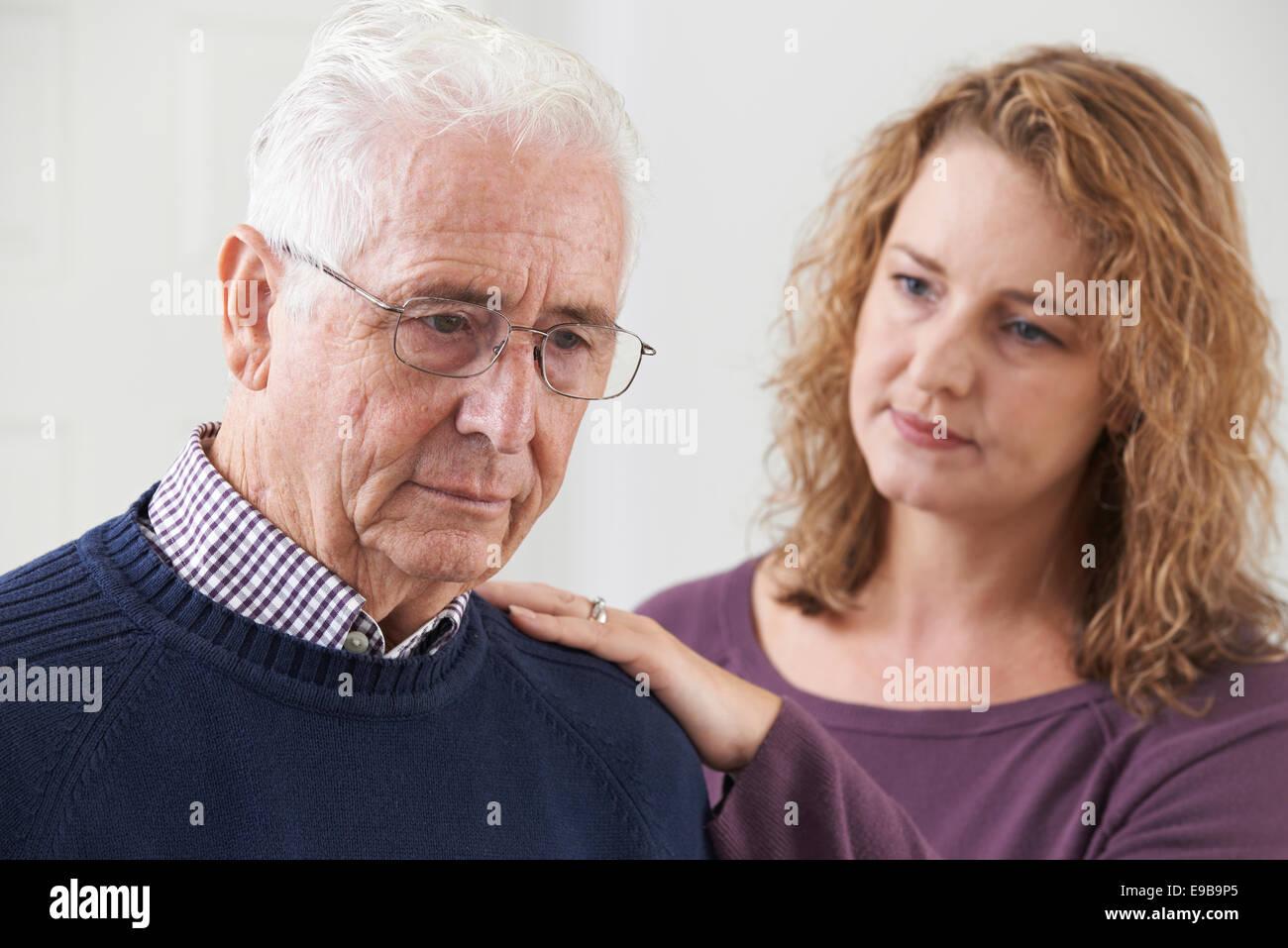 Man grave avec sa fille adulte à la maison Photo Stock
