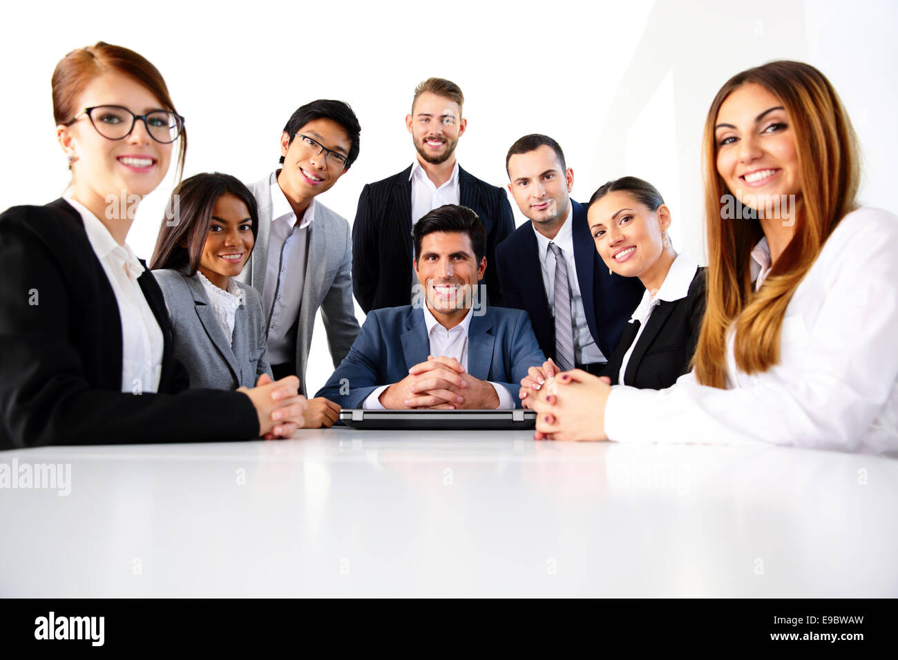 Un groupe de collègues de bureau en souriant Photo Stock