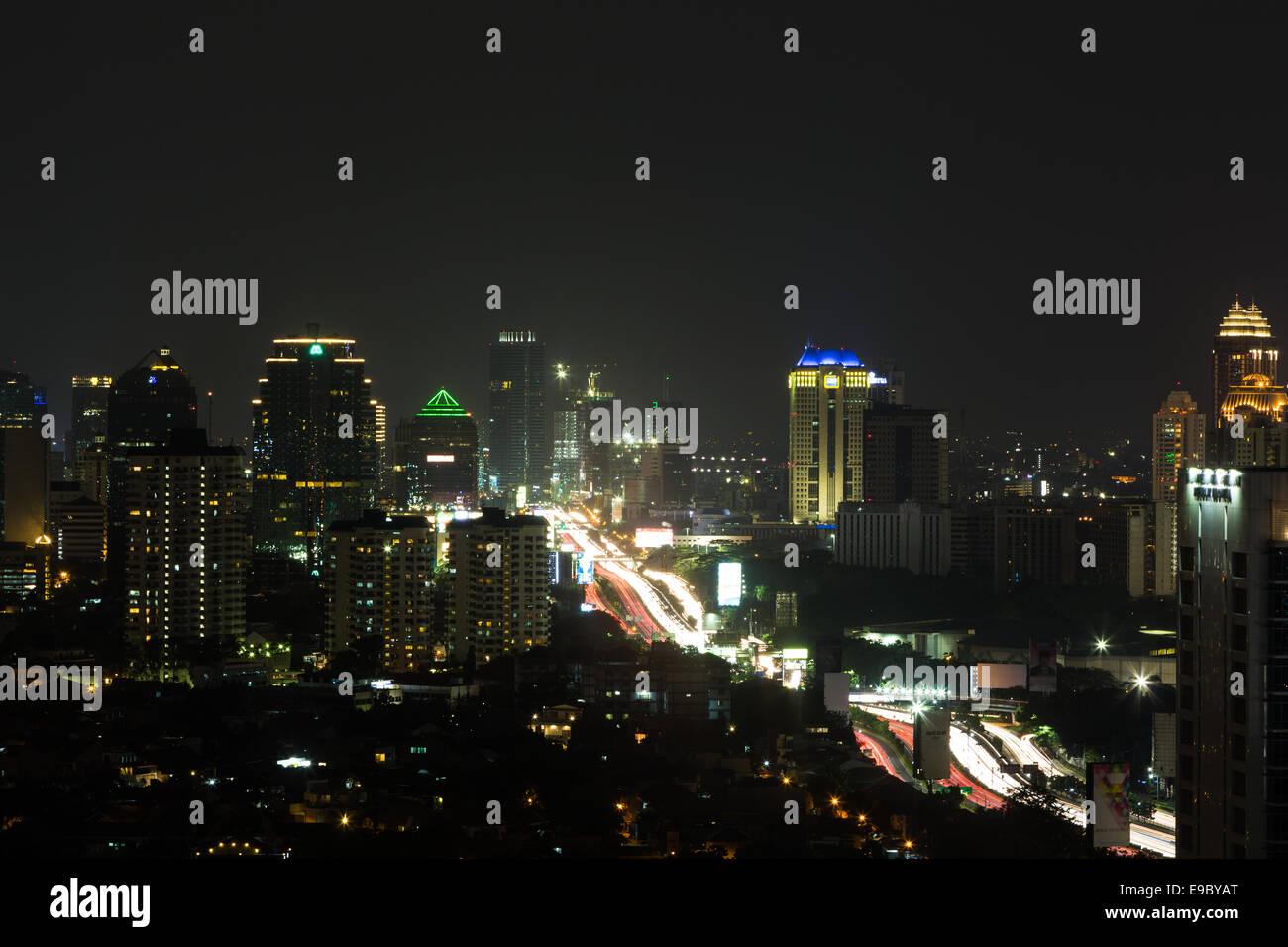 Jakarta (autoroute surélevée Gatot Subroto) autour de Tamarin la nuit Photo Stock