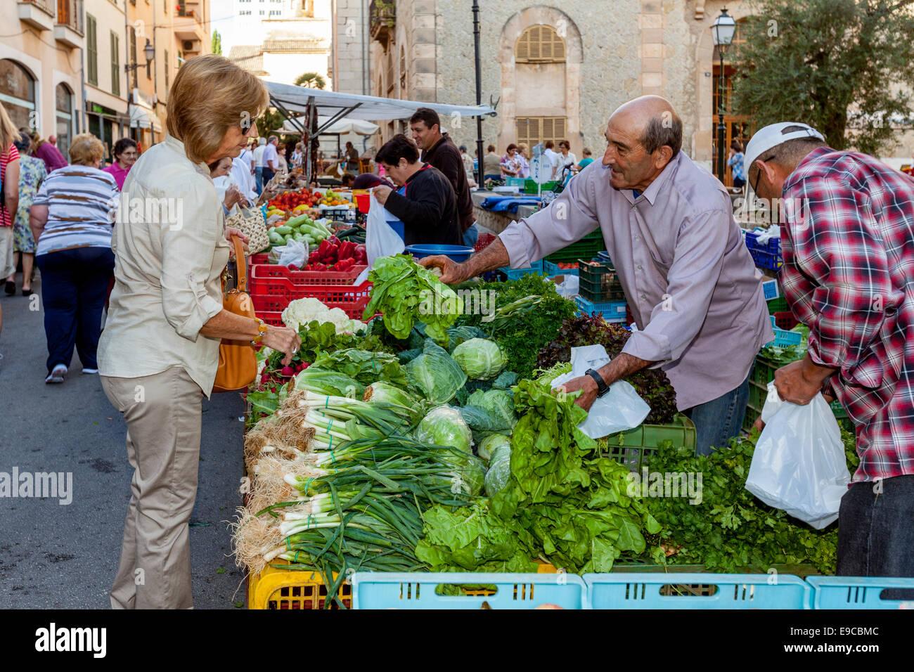 Les femmes d'acheter des légumes au marché du jeudi à Inca, Majorque - Espagne Photo Stock