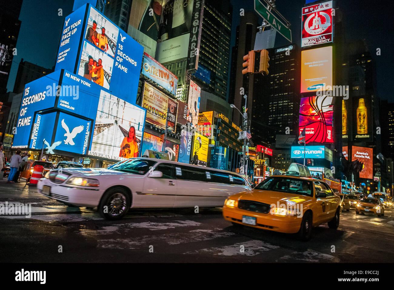 une limousine et un taxi jaune vitesse dans times square new york city la nuit banque d. Black Bedroom Furniture Sets. Home Design Ideas