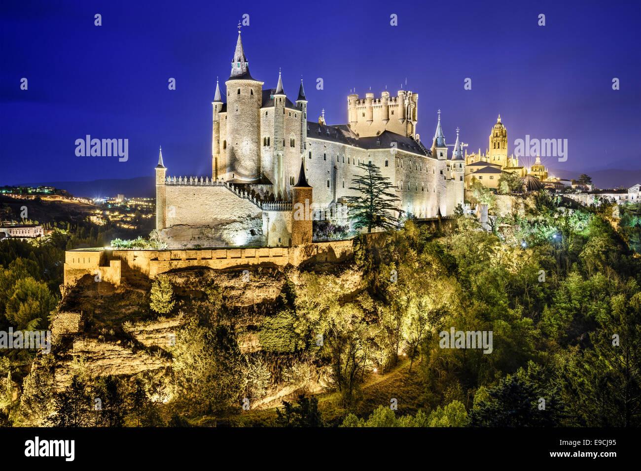 Segovia, Espagne ville skyline avec l'Alcazar de nuit. Photo Stock