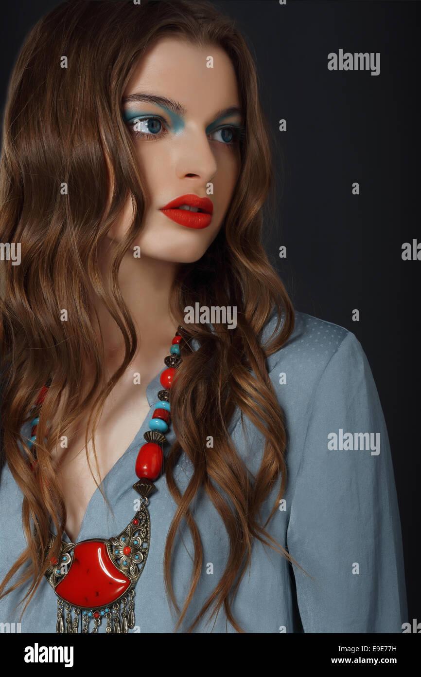 Jeune femme avec collier et maquillage lumineux Photo Stock