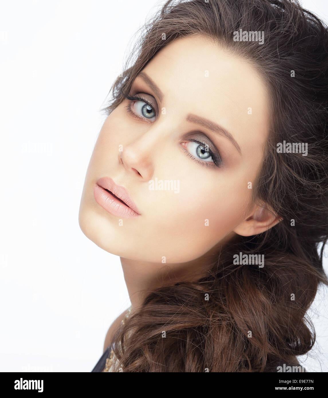 Le teint. Brunette naturelle avec la peau propre Banque D'Images