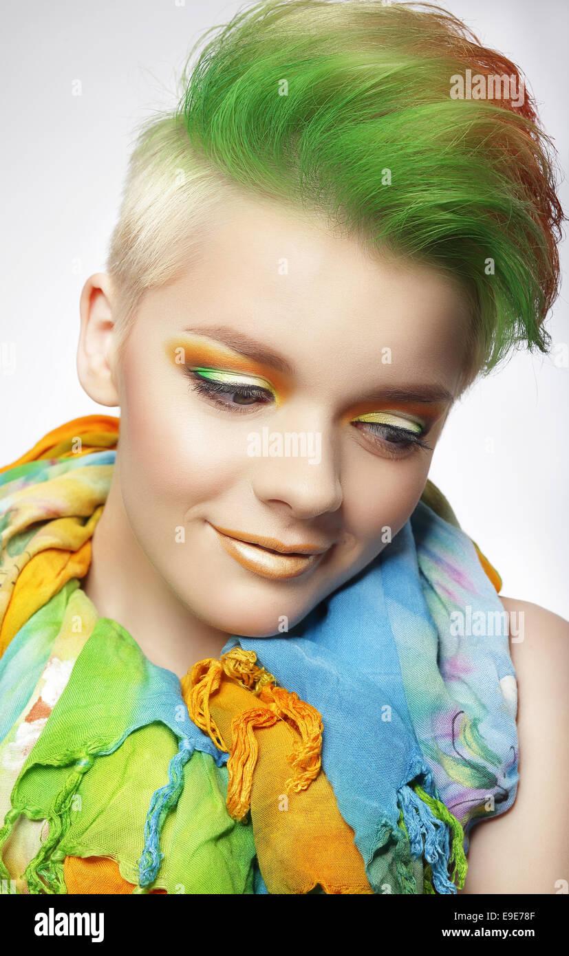 Jeune femme avec maquillage coloré et peint Coiffure courte Photo Stock