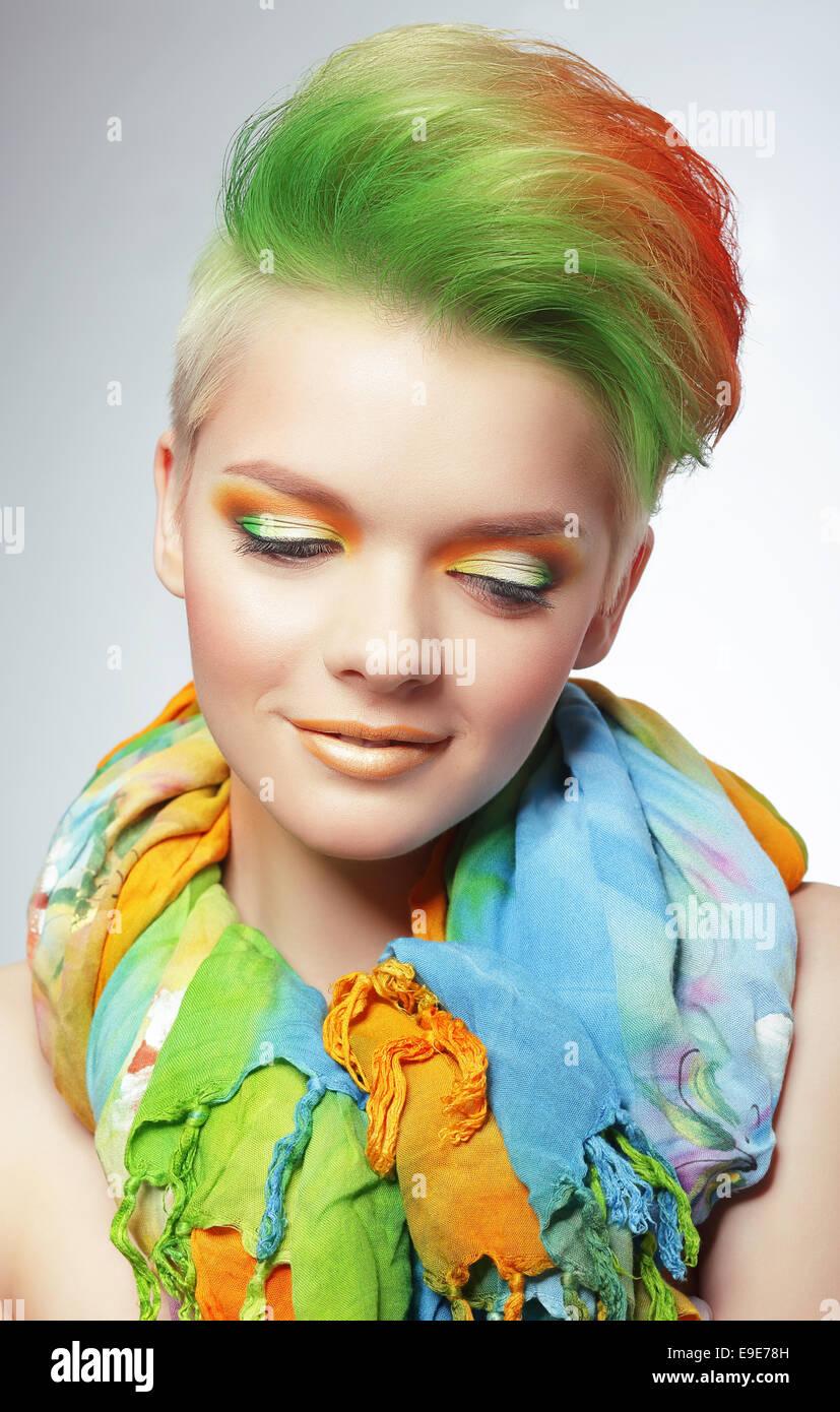 Femme avec une coupe de Bob multicolores et maquillage lumineux Photo Stock