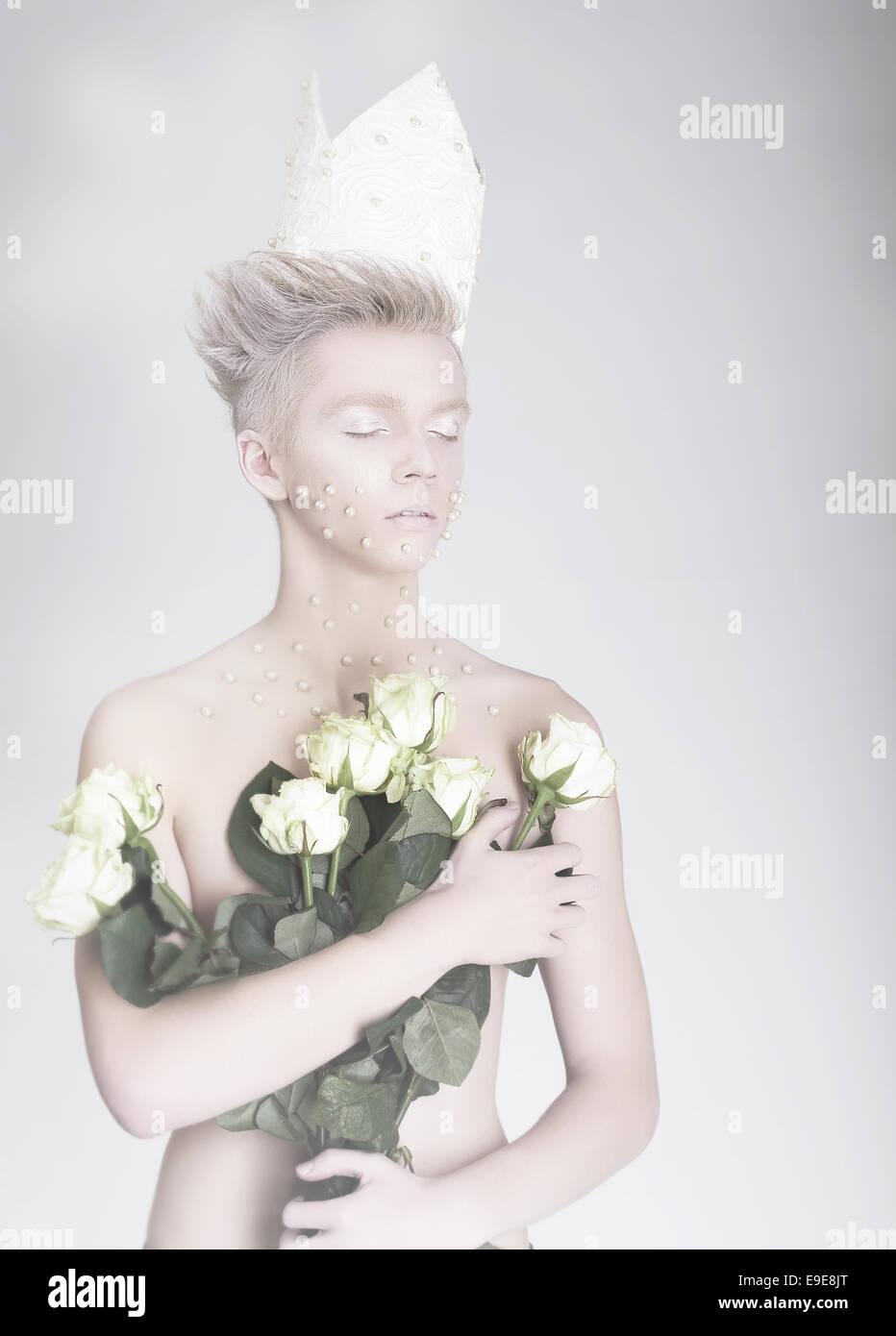 Le talent artistique. Jeune homme à la mode dans la couronne de fleurs en papier Photo Stock