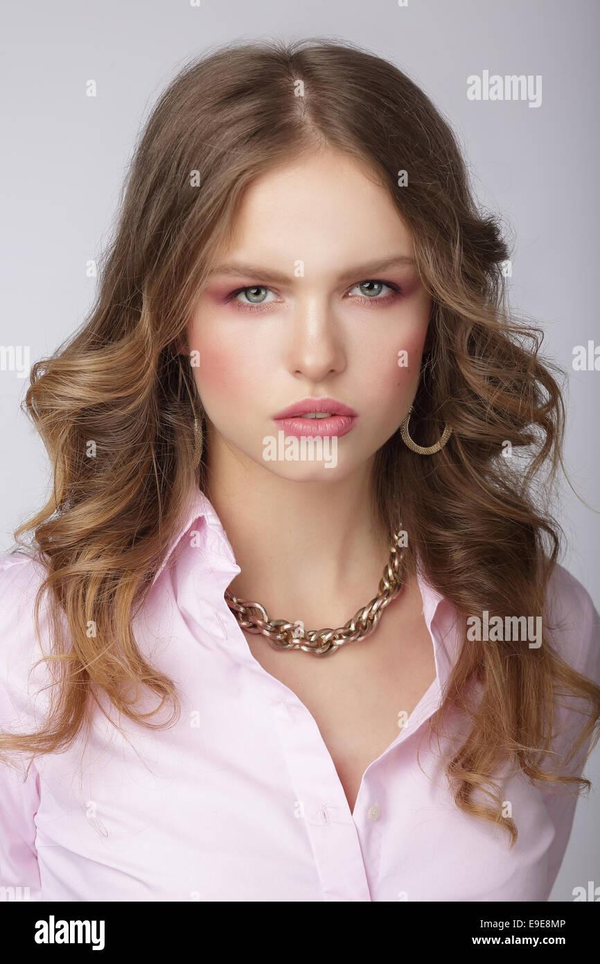 Femme élégante à la lumière chemisier avec chaînette Massive Photo Stock