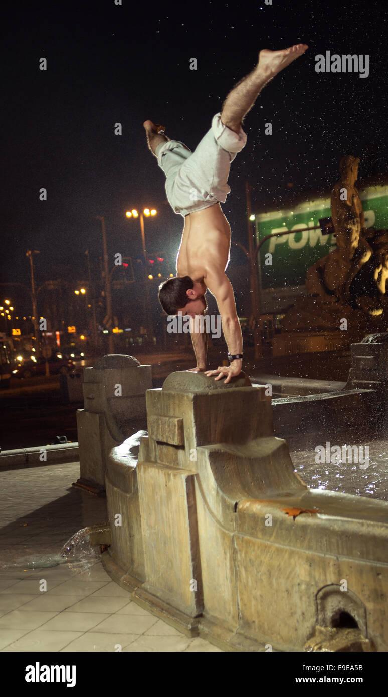 Homme étonnant faire du sport en chiffres la fontaine Photo Stock
