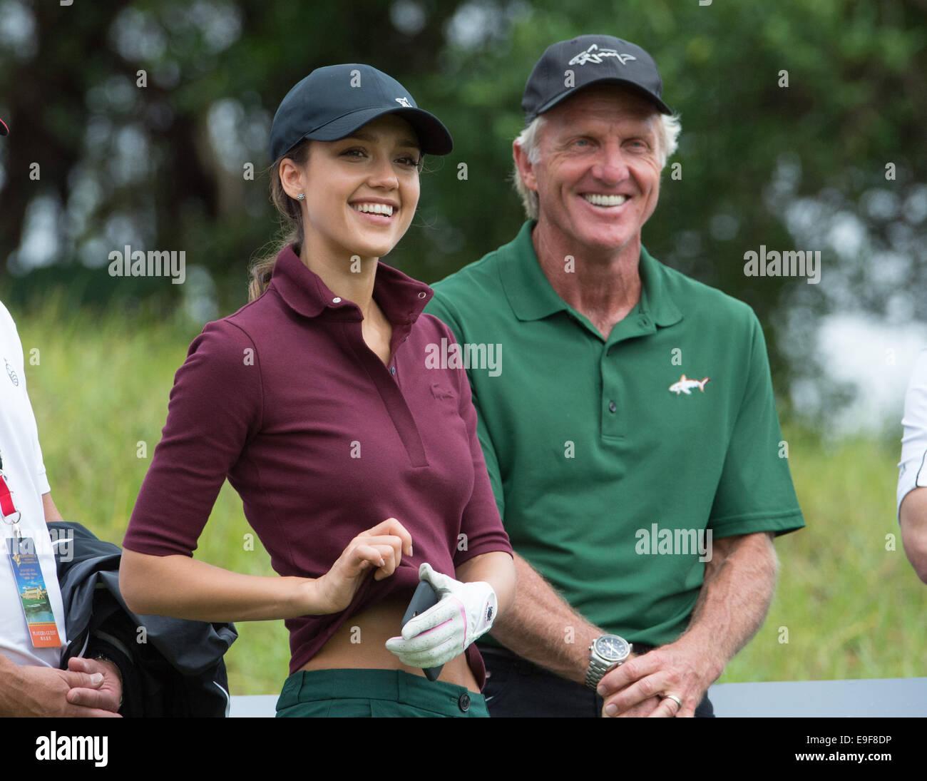 Haikou, Chine. 26Th Oct, 2014. Hollywood star Jessica Alba met sur une bonne partie de golf avec son entraîneur Photo Stock