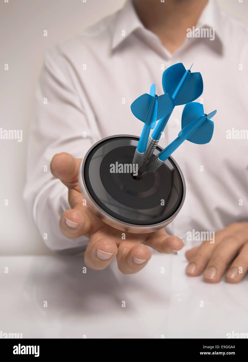Man main tenant une cible avec trois fléchettes frapper le centre, bleu et beige, concept de droit pour l'illustration Photo Stock