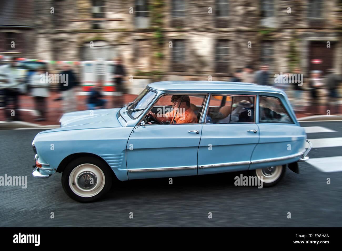 Citroën Ami 6 break bleu au cours de l'embouteillage de la Route Nationale 7, passe pour voitures classiques Photo Stock