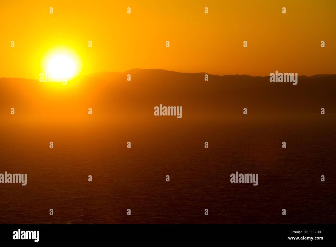 Coucher de soleil sur la Méditerranée près de Cannes, France Photo Stock