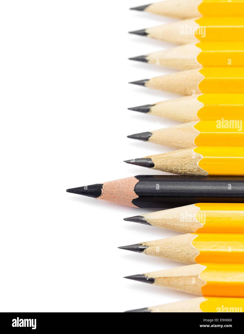 Crayons de couleur jaune avec le crayon noir sur fond blanc Banque D'Images