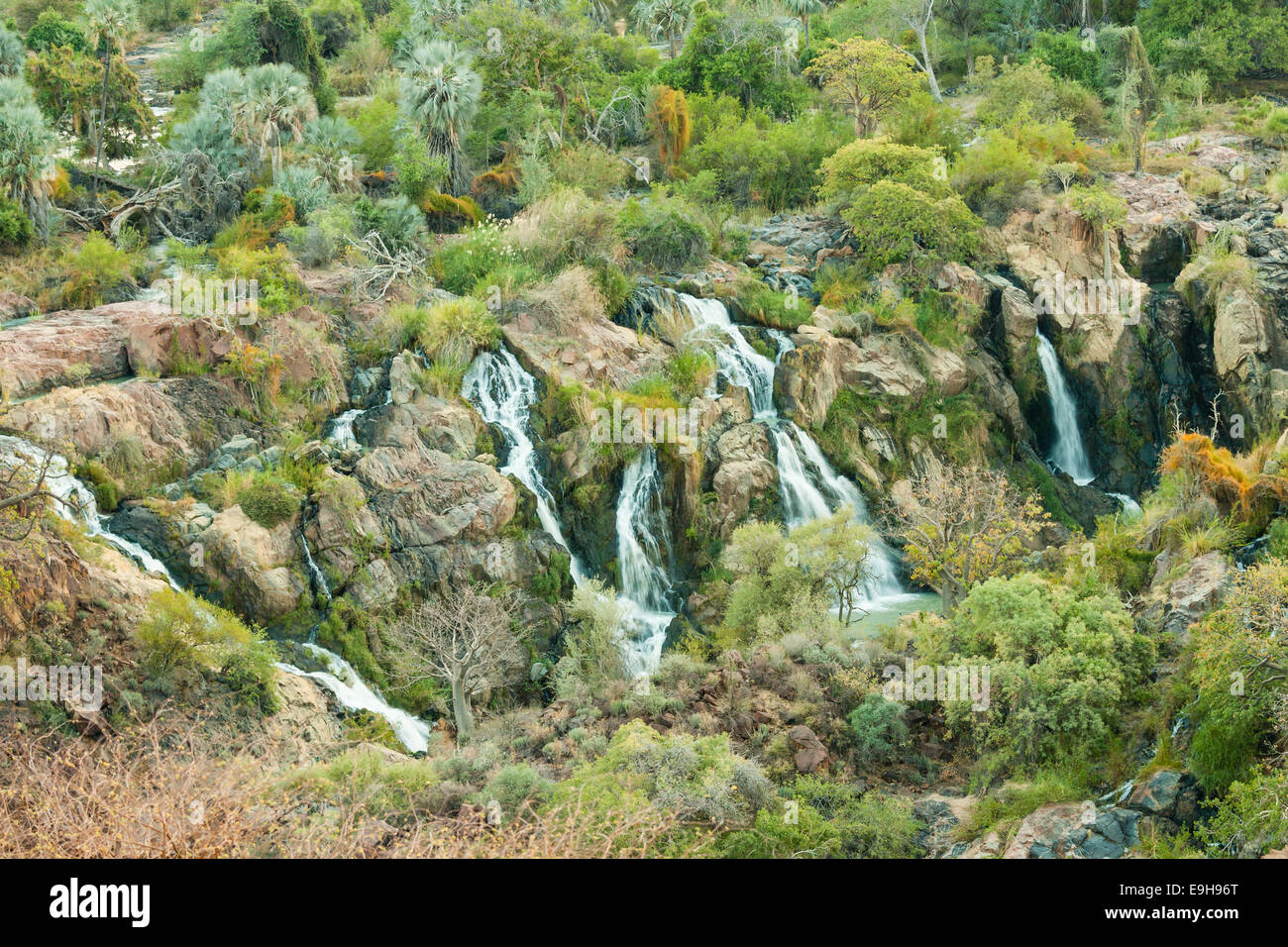 Epupa Falls, rivière Kunene, à la frontière entre la Namibie et l'Angola, la Namibie, la région de Kunene Banque D'Images