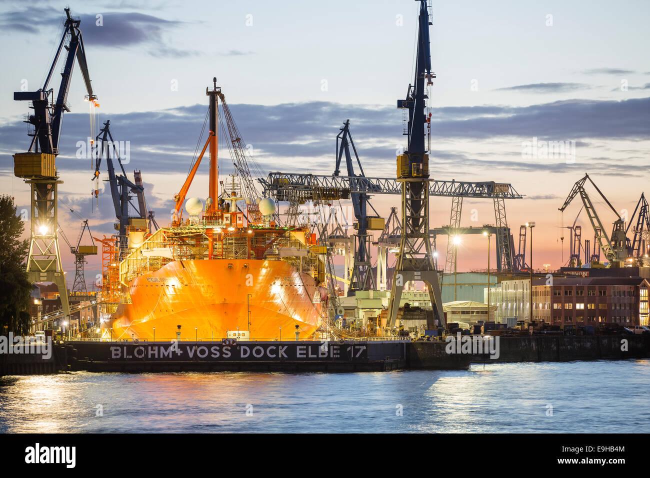 Porte-conteneurs dans une cale sèche dans le port, Hambourg, Hambourg, Allemagne Photo Stock