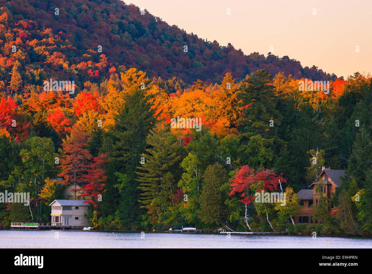 Couleurs d'automne au Lac Miroir à Lake Placid en Adirondacks State Park dans le nord de l'État Photo Stock