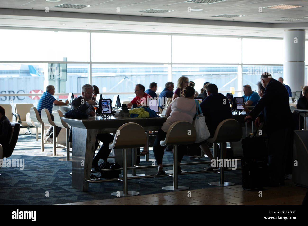 Les passagers utilisant des bornes wifi gratuitement à la borne 3 de l'aéroport international Pearson Photo Stock