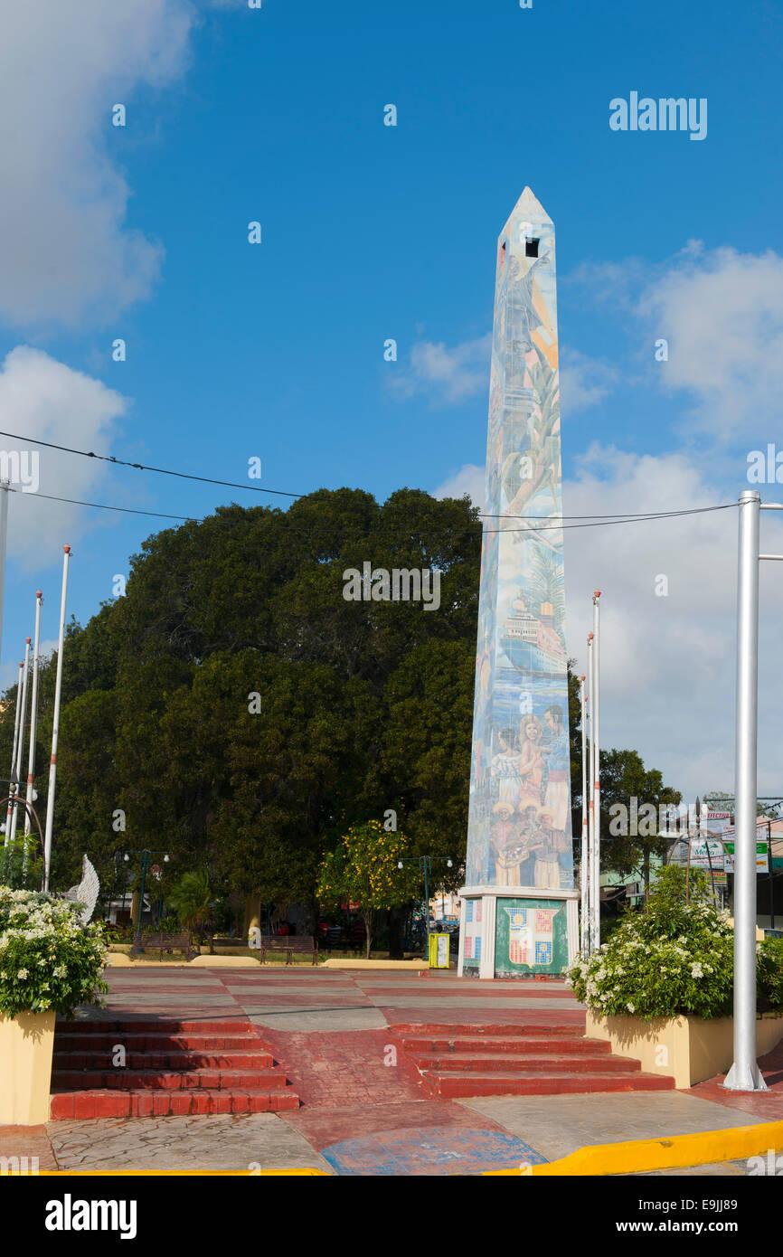 Dominikanische Republik, Osten, La Romana, l'Obélisque an der Avenida Libertad Banque D'Images