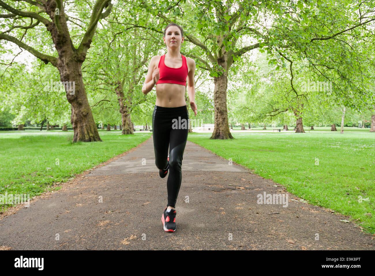 Toute la longueur de fit young woman jogging in park Banque D'Images