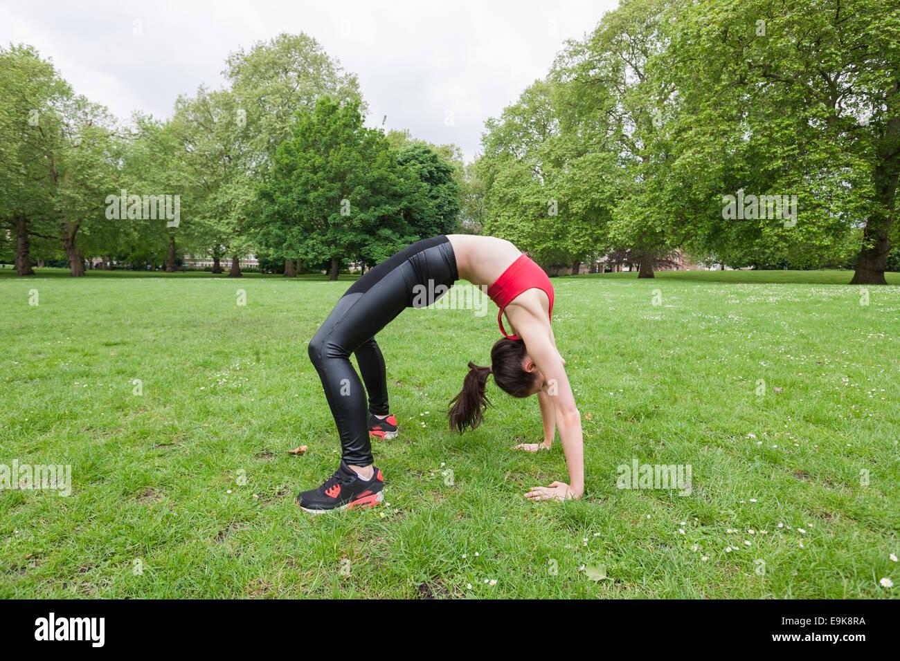 Vue latérale sur toute la longueur de la fit woman exercising in park Banque D'Images