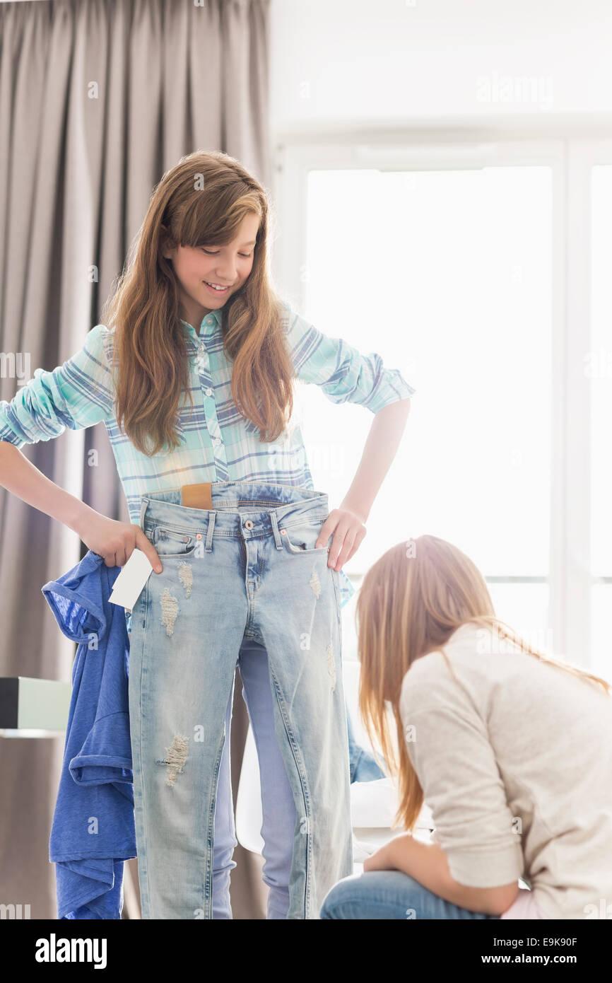 Soeurs d'essayer sur les vêtements à la maison Photo Stock