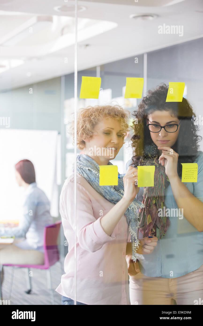 Remue-méninges d'affaires avec les notes in office Photo Stock
