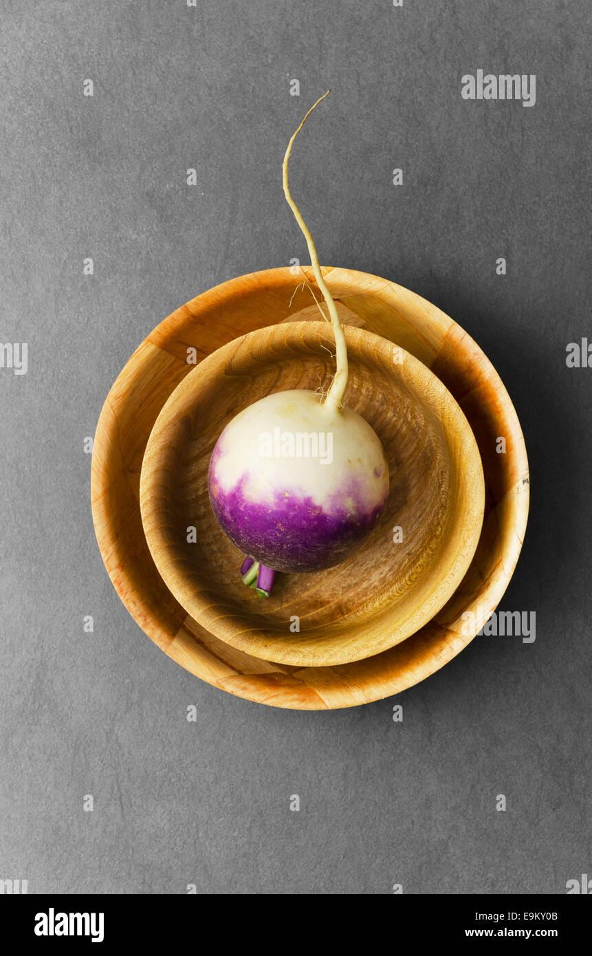 Le navet organique dans des bols ronds sur fond sombre Photo Stock
