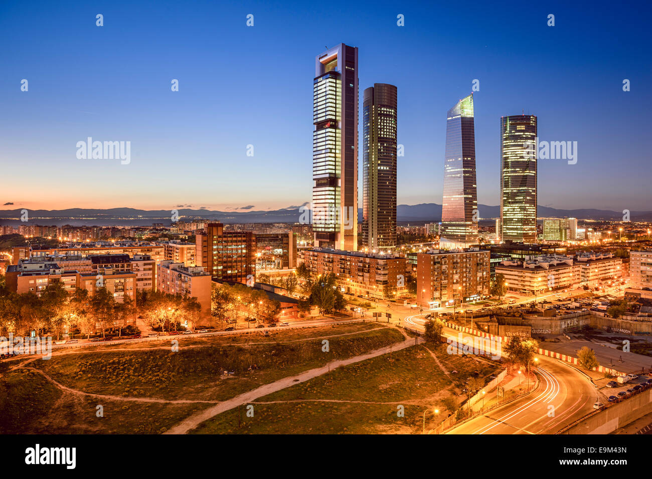 Madrid, Espagne financial district skyline au crépuscule. Photo Stock