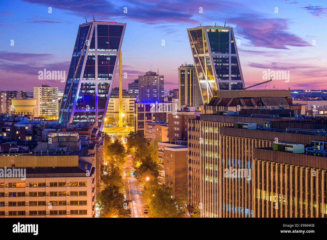 Madrid, Espagne financial district skyline au crépuscule vue vers la porte de l'Europe Plaza. Photo Stock