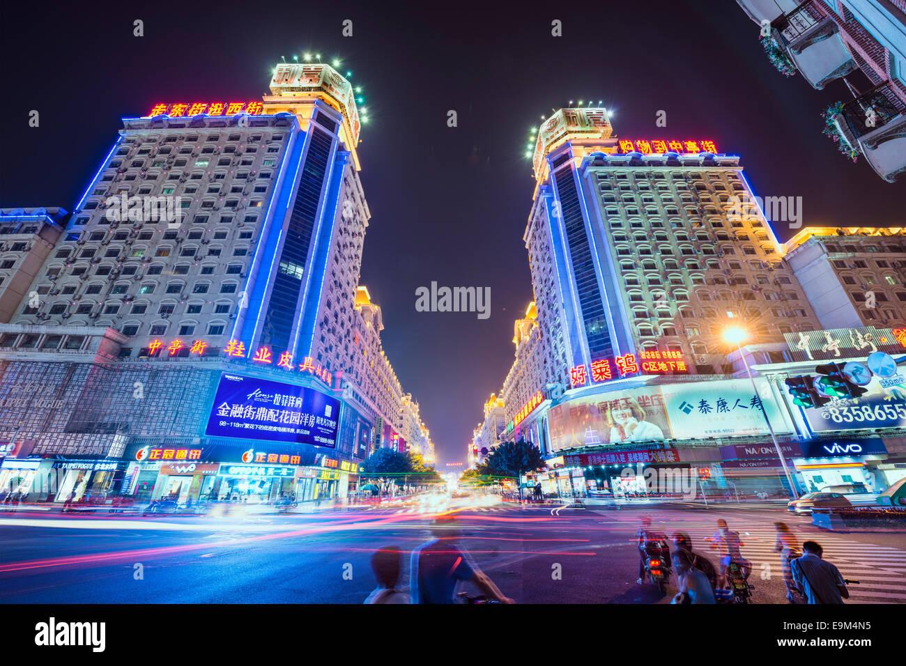 FUZHOU, CHINE - 16 juin 2014: Bayiqi rue le soir. La rue est le plus ancien quartier commerçant de la Photo Stock