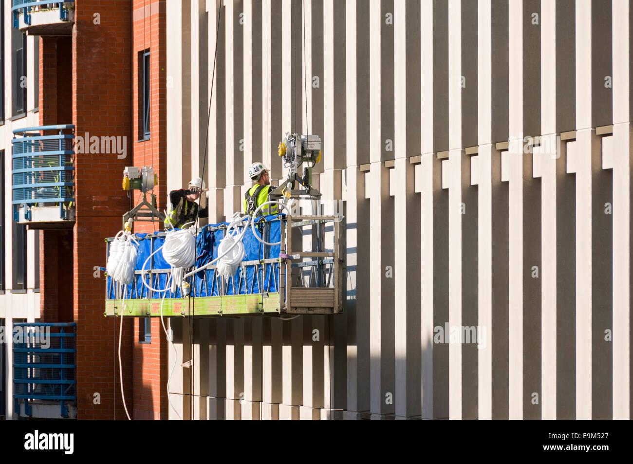 Travailleurs sur une station d'accès au nouveau développement d'un motel, Whitworth Street, Manchester, Photo Stock