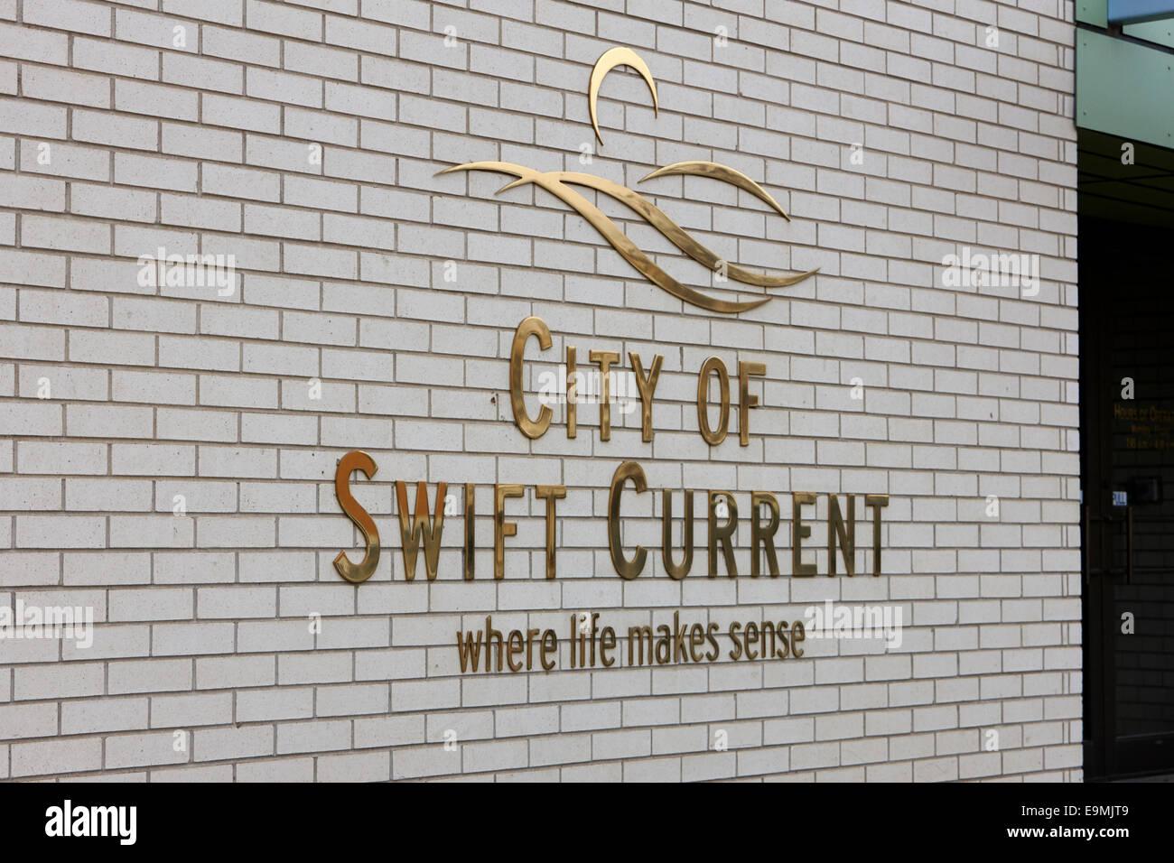 Ville de Swift Current avec l'hôtel de ville où la vie a du sens de la Saskatchewan Canada logo Photo Stock
