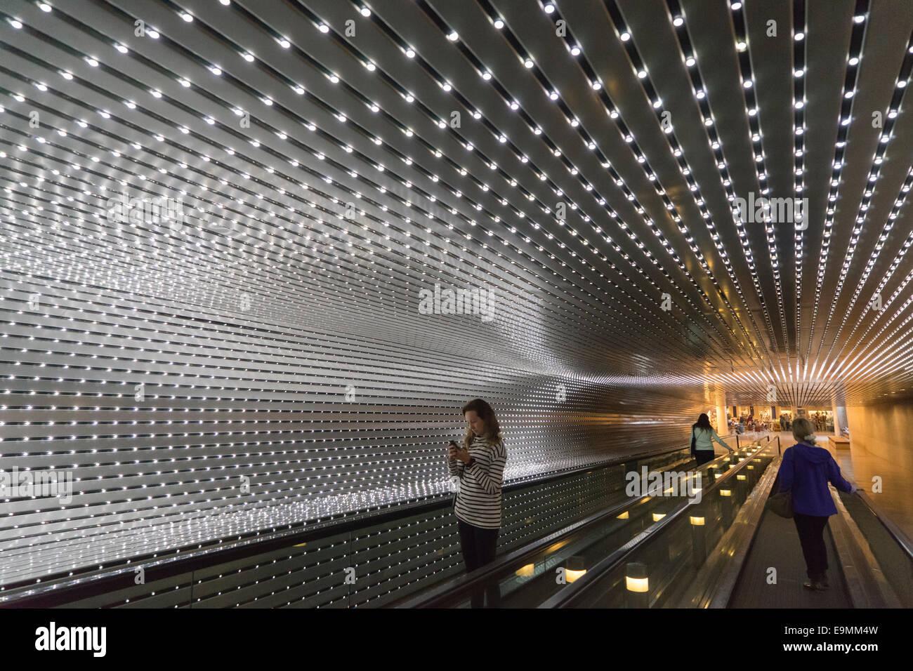 États-unis, Washington, DC, National Art Gallery, se débarrassant d'un trottoir électrique Banque D'Images