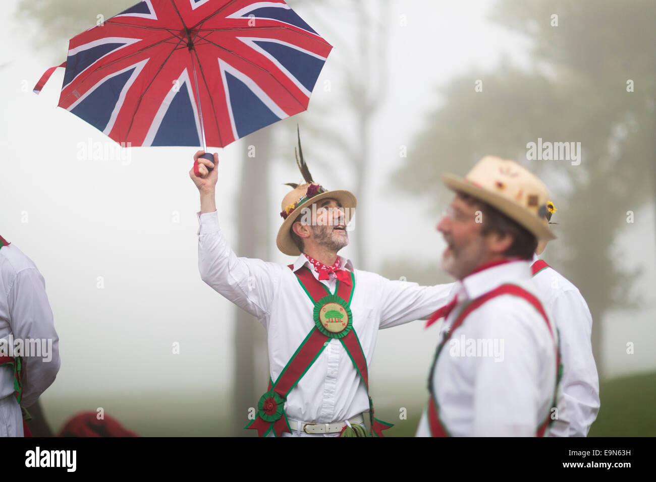 En cas de brouillard épais, Keith Willis de Chanctonbury Ring Morris Men se tourne vers le ciel comme le groupe Photo Stock