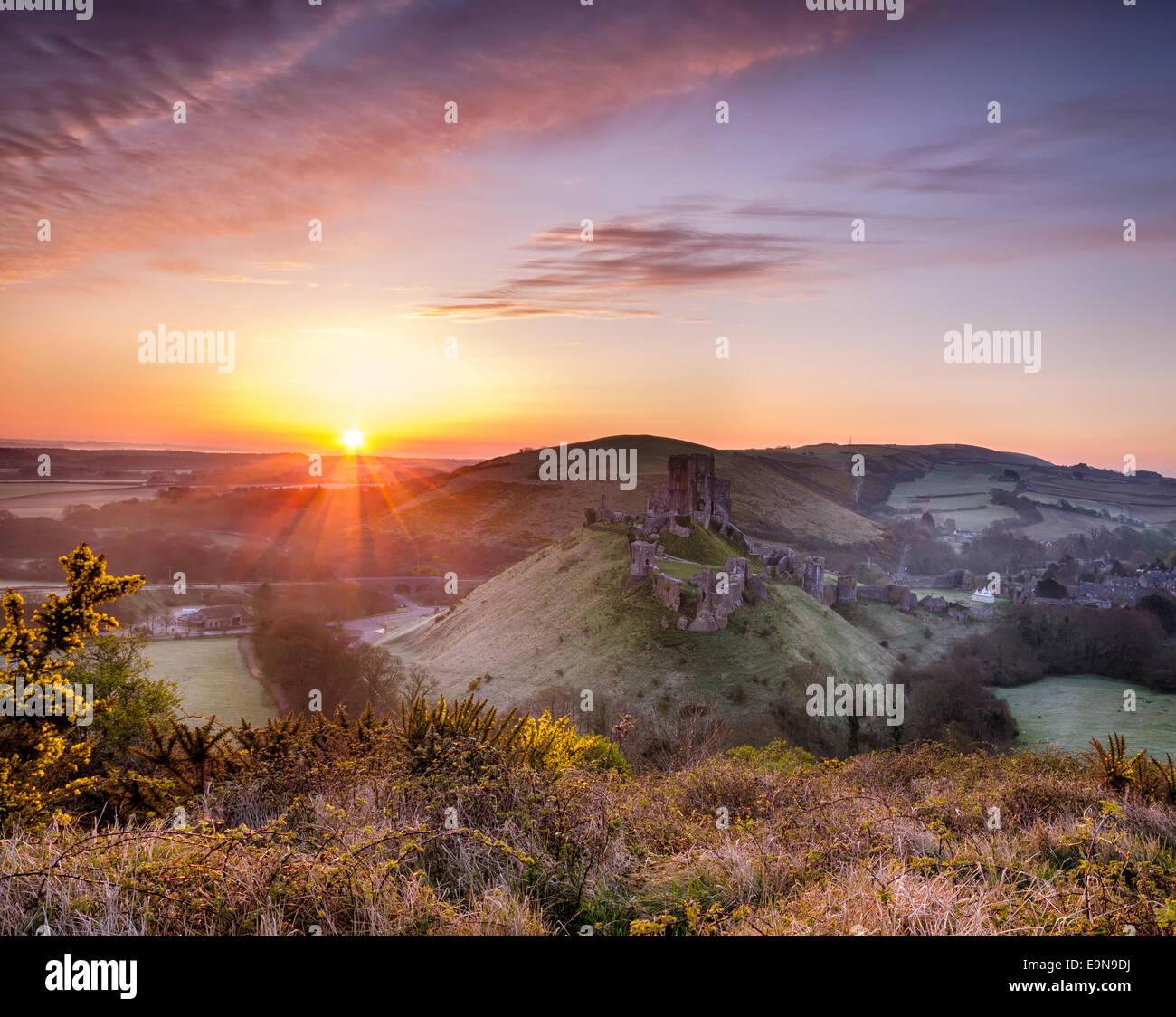 Beau lever de soleil sur un château féerique Photo Stock