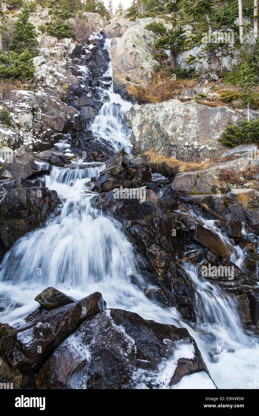 Une section centrale de petit tombe sur Spruce Creek sur le sentier des lacs Mohawk près de Breckenridge, Colorado Photo Stock