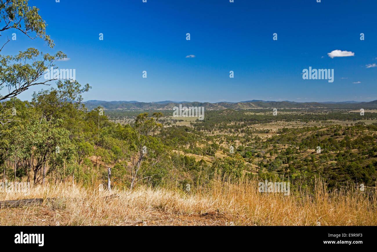 Vue sur vaste paysage Central Queensland avec vallée boisée et à s' étendent sous ciel bleu Photo Stock