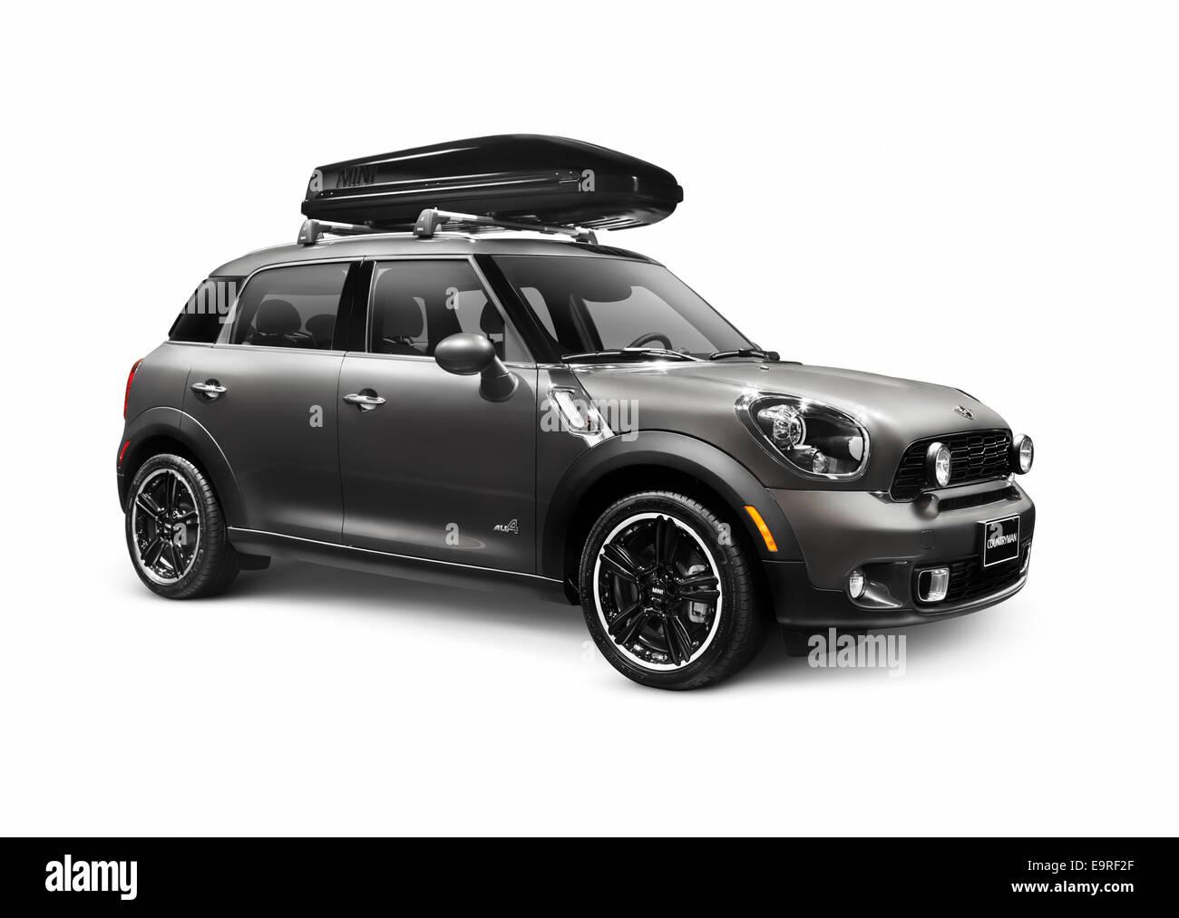 Gray 2014 Mini Cooper Countryman CUV compact avec une cargaison de voiture coffre de toit isolé sur fond blanc Photo Stock